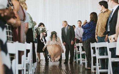Gestul unei mirese la propria nunta a adus lacrimi in ochii invitatilor. Tanara paralizata i-a oferit sotului o surpriza emotionata