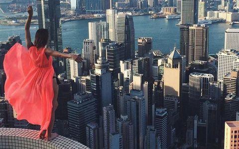 A devenit celebra datorita unui hobby riscant: selfie-urile la inaltime. Tanara care se fotografiaza in ipostaze imposibile la sute de metri deasupra solului