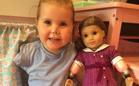 Emotionant! Cel mai frumos cadou primit de o fetita cu mainile si picioarele amputate. Micutei nu i-a venit sa creada