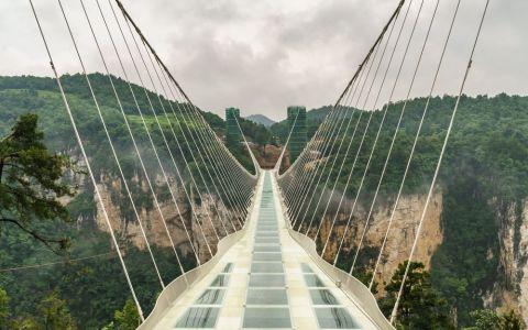 China a inaugurat cel mai lung pod de sticla din lume. Constructia poate fi traversata zilnic de 8 000 de oameni