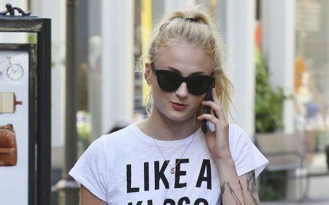 Asta da schimbare! Sansa Stark, blonda si plina de tatuaje! Noul ei look, o adevarata surpriza pentru fanii  Game of Thrones
