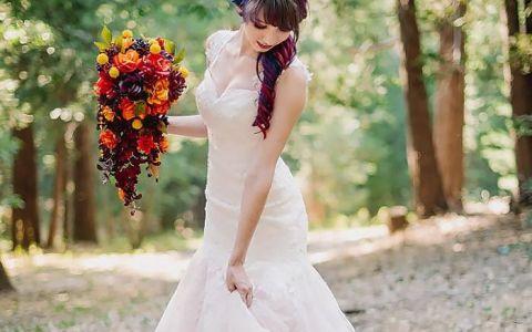 A luat vopsea, a stropit jupa rochiei de mireasa cu ea si a obtinut un model spectaculos. Cum arata dupa ce a colorat-o