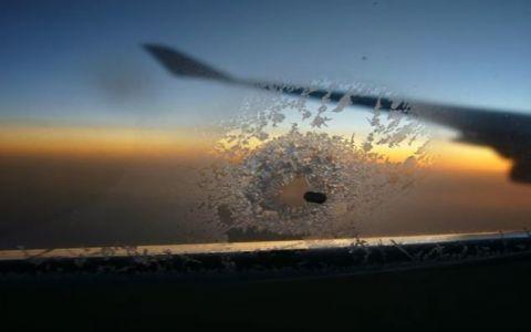 Ce rol au gaurile mici din ferestrele avioanelor. Importanta lor este cruciala, desi putini pasageri le observa