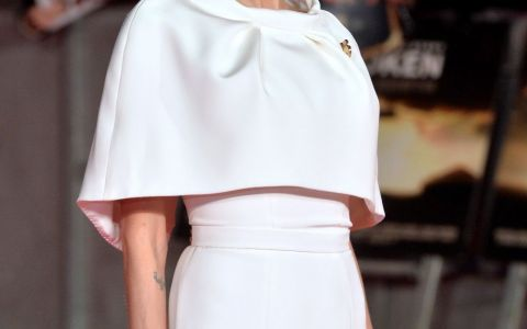 Imagini controversate cu Angelina Jolie. A gatit si a mancat gandaci si paianjeni alaturi de copiii ei: VIDEO