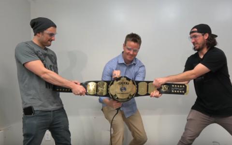Ce se afla in interiorul unei centuri WWE. Un tata si un fiu au fost curiosi si au taiat-o in doua bucati