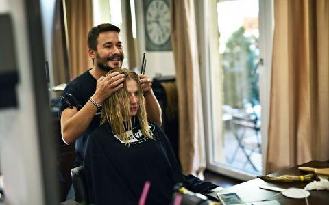 Andreea Banica si-a schimbat radical look-ul si a donat 30 cm de par