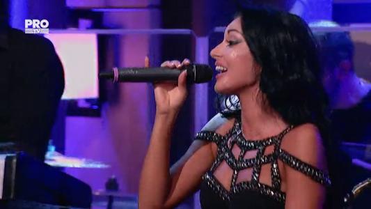 Elena Ionescu, ex-Mandinga, canta in sufrageria lui Bobonete de la Jocuri de celebritate