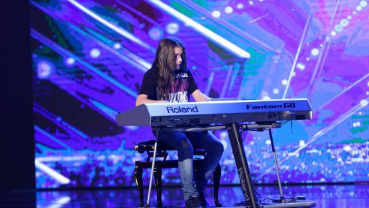 "Romanii au Talent 2017: Silviu Rosu - Canta la pian ""Bad"" si ""Smooth criminal"""