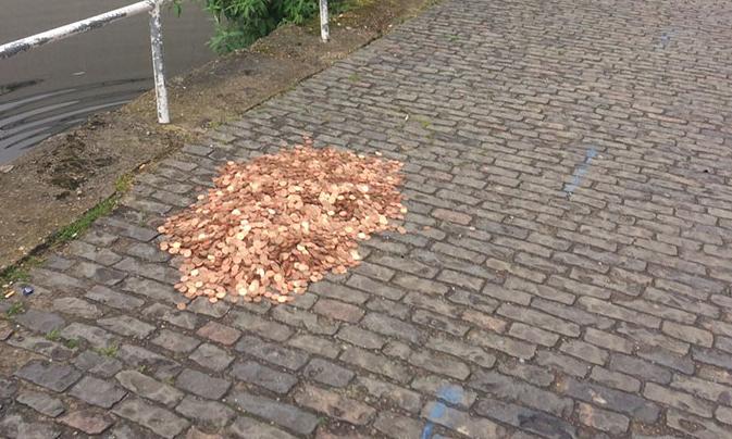 Au lasat pe o strada 15 000 de monede, iar ce a urmat e o lectie de viata! Reactia trecatorilor la vederea lor