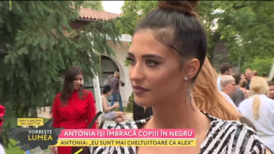 Antonia isi imbraca copiii in negru
