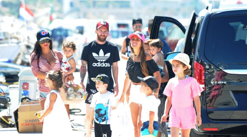 Lionel Messi, concediu cu Cesc Fabregas in Ibiza. Cat de sexy au aparut sotiile lor la plaja