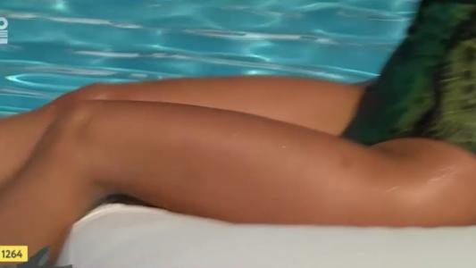 Ruxandra Bar face valuri la piscina