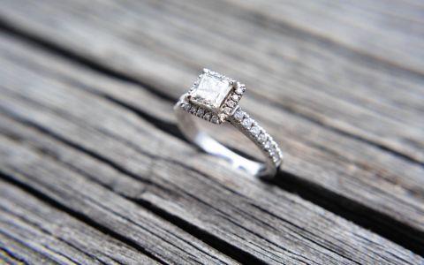 A transformat niste bucati de metal intr-o bijuterie unica. Cum arata inelul cu diamant negru si de ce este deosebit