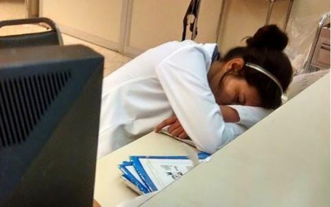 A aparut o poza in care un medic dormea pe birou, dar ce a urmat este VIRAL. Cum au reactionat ceilalti medici