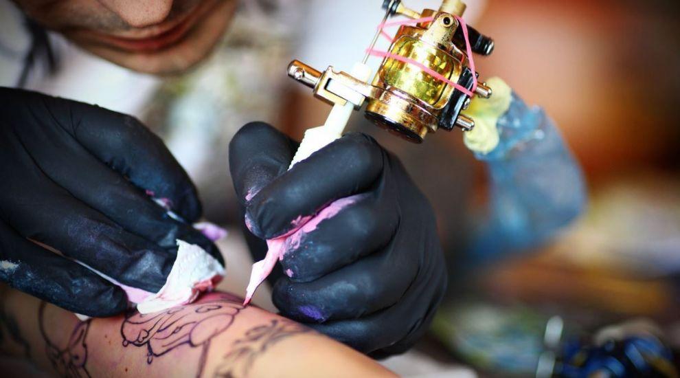 Cum arata pielea dupa eliminarea unui tatuaj cu ajutorul laserului. Imaginile sunt virale