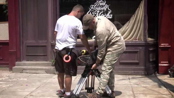 32 ore de filmare, 250 camasi colorate si 1.000.000 de zambete