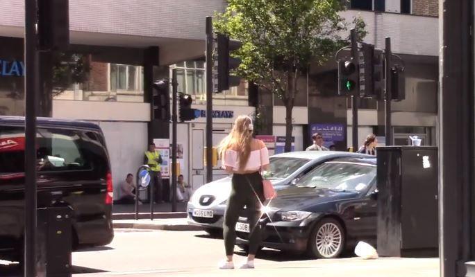 Un experiment social a starnit controverse. Cum reactioneaza barbatii atunci cand vad pe strada o tanara singura