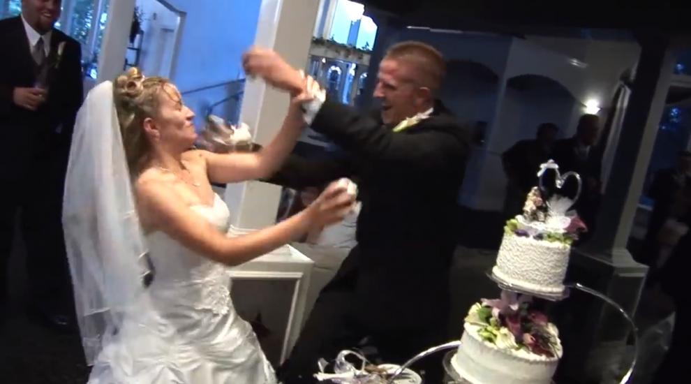 Moment socant la o nunta! Ce se intampla la cateva secunde dupa ce mirele ii da cu tort pe fata miresei! VIDEO