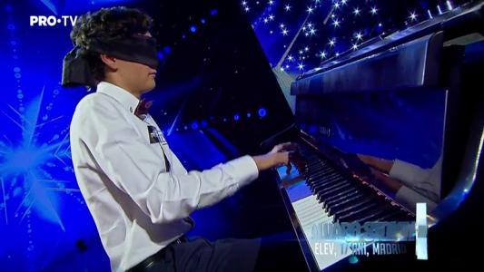 Romanii au talent 2018: Alvaro Stoian - Canta la pian legat la ochi