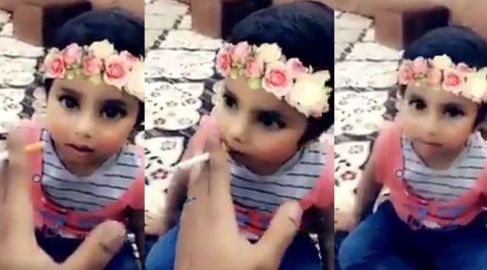 Un barbat din Arabia Saudita a fost arestat fiindca si-a invatat fiica de trei ani sa fumeze