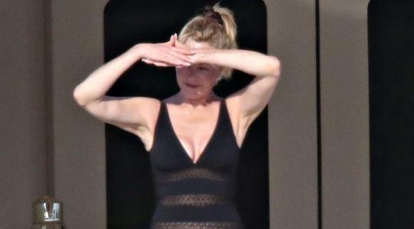 La 60 de ani face senzatie in costum de baie. Melanie Griffith surprinde din nou cu silueta sa