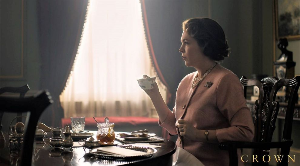 Prima imagine cu Olivia Colman în rolul Reginei Elisabeta a II-a în seria The Crown