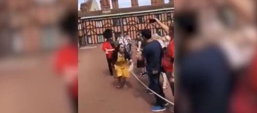 Turistă bruscată de unul dintre gardienii Reginei. Motivul pentru care bărbatul a împins-o