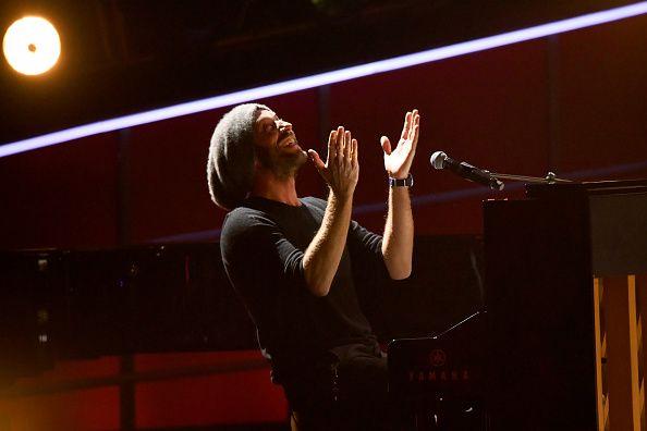 Chris Martin de la Coldplay a compus o piesă inspirată de pasiunea lui Leonardo DiCaprio pentru pantalonii scurți cargo