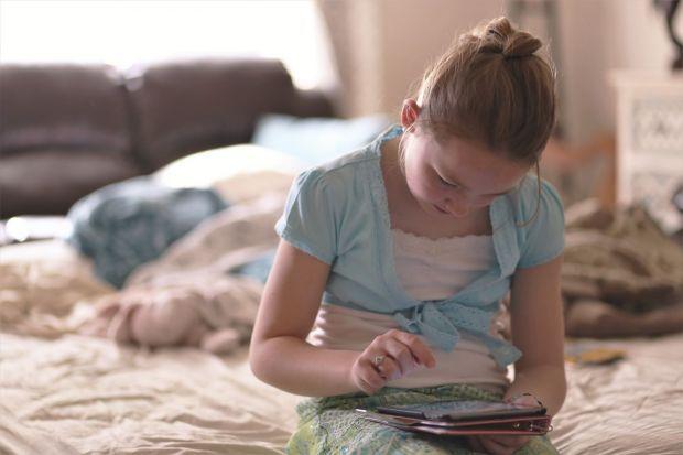 YODA.RO Ce se întâmplă cu un copil care stă zilnic 7 ore pe zi pe telefon