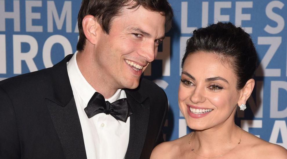 Mila Kunis și Ashton Kutcher, cadou superamuzant de Crăciun pentru prietenii lor