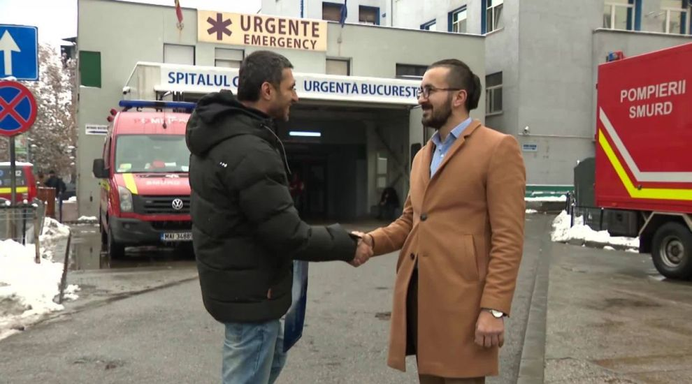 Cine e românul care îi transportă gratuit cu taxiul pe oamenii cu handicap locomotor