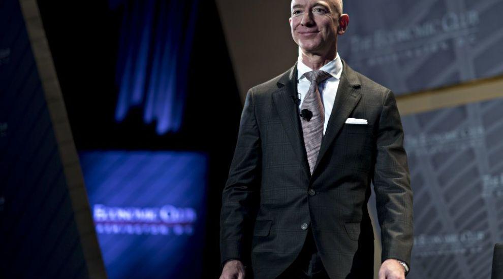 """Cine e Jeff Bezos, cel mai bogat om din istoria modernă: """"titanul cu sânge rece"""", dar şi şeful în pijamale"""