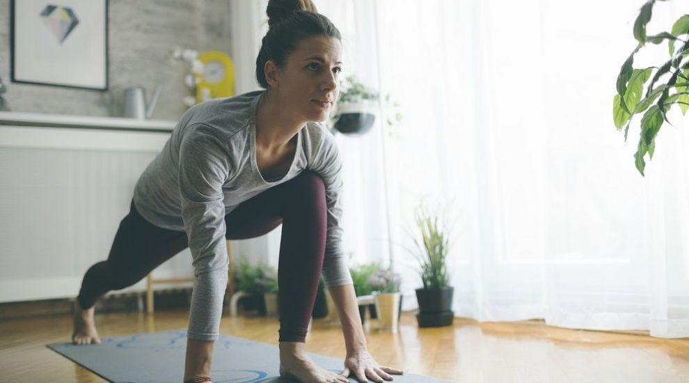 Învață să faci mișcare fără să mergi la sală. Iată 5 exerciții simple pe care le poți încerca