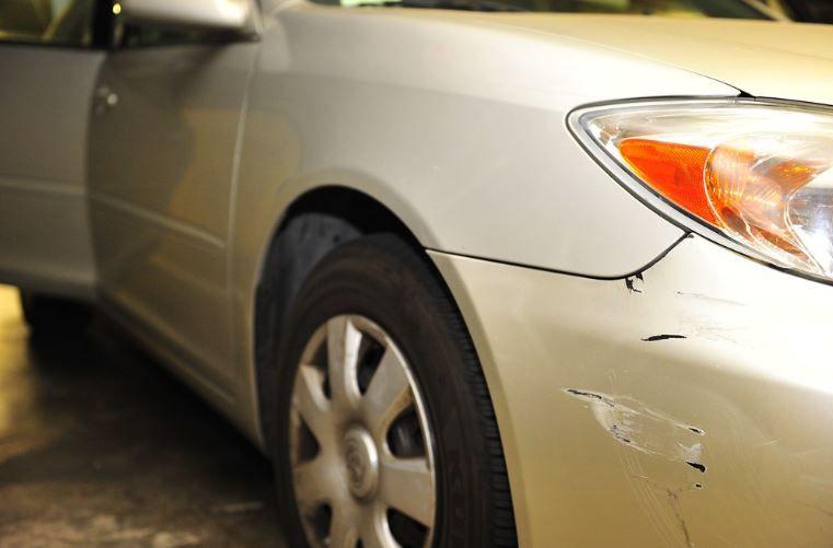 (P) Ai găsit-o lovită în parcare? Află cât costă să revopsesti mașina