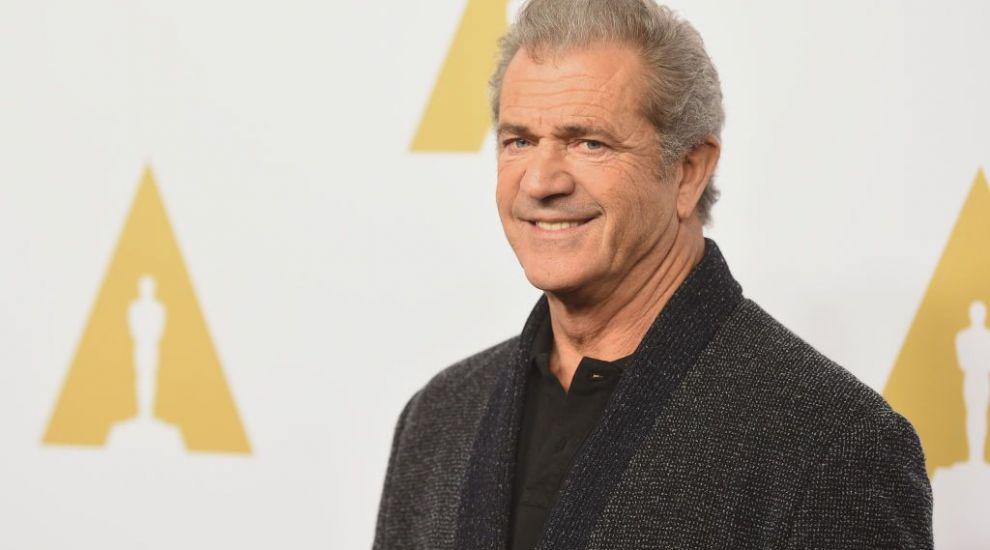 Ce s-a întâmplat cu Mel Gibson? S-a îngrășat, are barbă mare și merge desculț la cumpărături