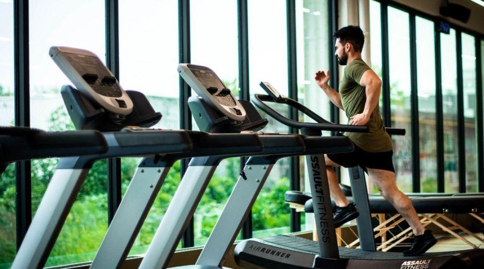 (P) Vrei să te antrenezi eficient pe banda de alergat? Iată 5 recomandări utile