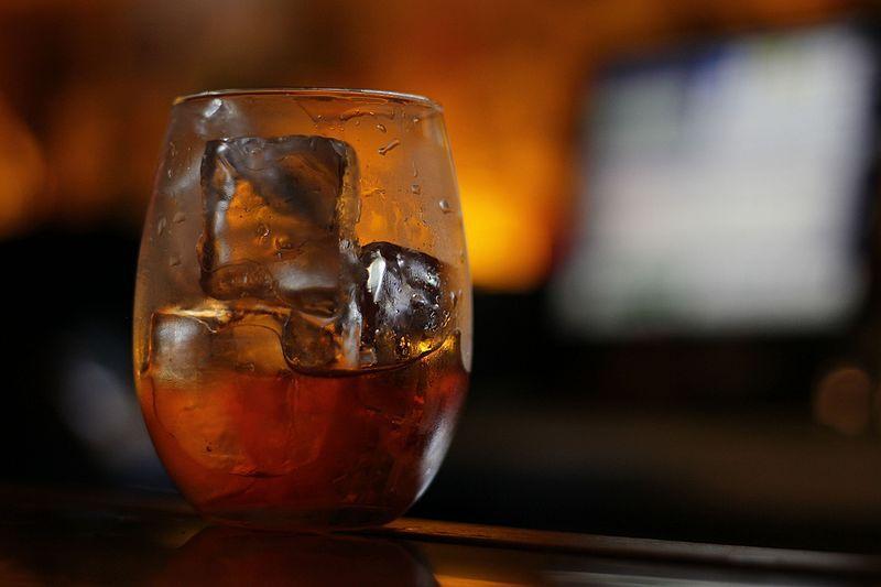 (P) Cum se utilizează corect pietrele pentru răcirea unui whisky bun?