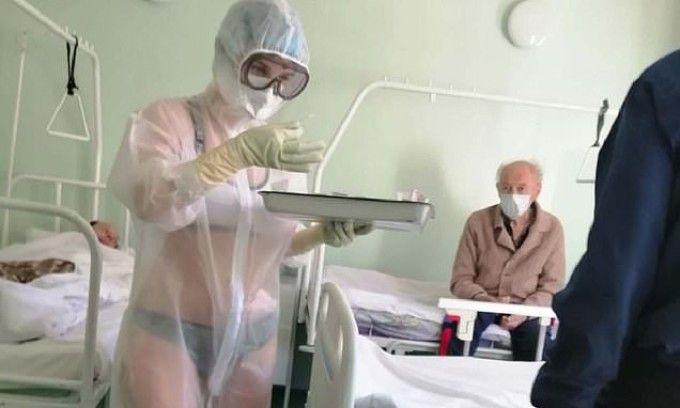 Asistenta care și-a tratat pacienții în costum transparent a primit oferta de a fi model, apoi a creat o nouă modă