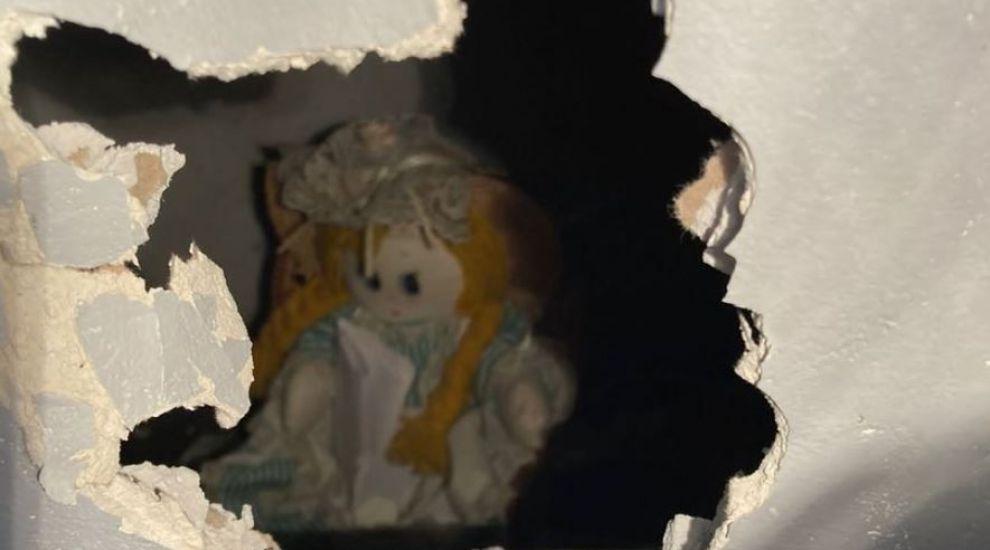 Descoperire șocantă făcută de un bărbat. Ce a găsit în peretele casei pe care abia o cumpărase