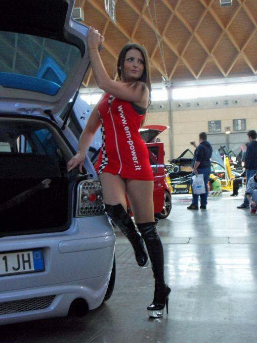Девушки на высоких каблуках и в мини обтягивающий юбки заряженным