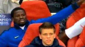 VIDEO / Eboue a INVENTAT un nou tip de incalzire... fara sa te ridici de pe scaun :)))