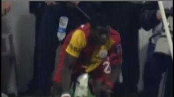 VIDEO INCREDIBIL! Blatter, contrazis la fiecare meci! RASISTII lovesc din nou! Eboue, atacat cu sticle de apa si brichete de fanii lui Besiktas!