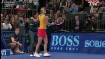 VIDEO demential! Sharapova a dansat cu un suporter pe teren! SUPER SHOW cu Wozniacki la New York