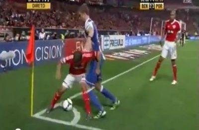 """VIDEO GENIAL! Faza PORNO intr-un derby URIAS din Europa: """"Ba, ce faci, ai innebunit? DISPARI din spatele meu!"""" :))"""