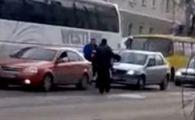 VIDEO: Doi betivani rusi se pun cu cine nu trebuie si sfarsesc pe marginea drumului, batuti mar!