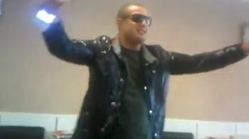 Un motiv in plus pentru Ghita ca sa-i dea KO! Saki e COCALAR 100%! Rupe manelele in doua pe telefon si danseaza cu ochelarii la ochi! VIDEO
