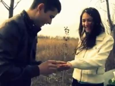 VIDEO EPIC: Cerere in casatorie in Romania care face inconjurul lumii! Zeci de mii de LIKES si SHARES pentru o faza ca-n filme! Reactia ei RUPE TOT!
