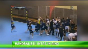 Bataie GENERALA la handbal! Jucatorii si antrenorii s-au luat la pumni pe teren! Ce decizie au luat arbitrii: VIDEO