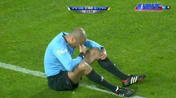 E fault daca te loveste arbitrul? :)) Faza weekendului: un fotbalist a fost facut KO de centralul partidei! VIDEO