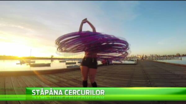 E cineva care poate jongla chiar si cu ... cercurile olimpice. E o fosta gimnasta din Australia
